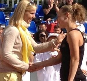 Anke Huber (li) gratuliert Laura Siegemund